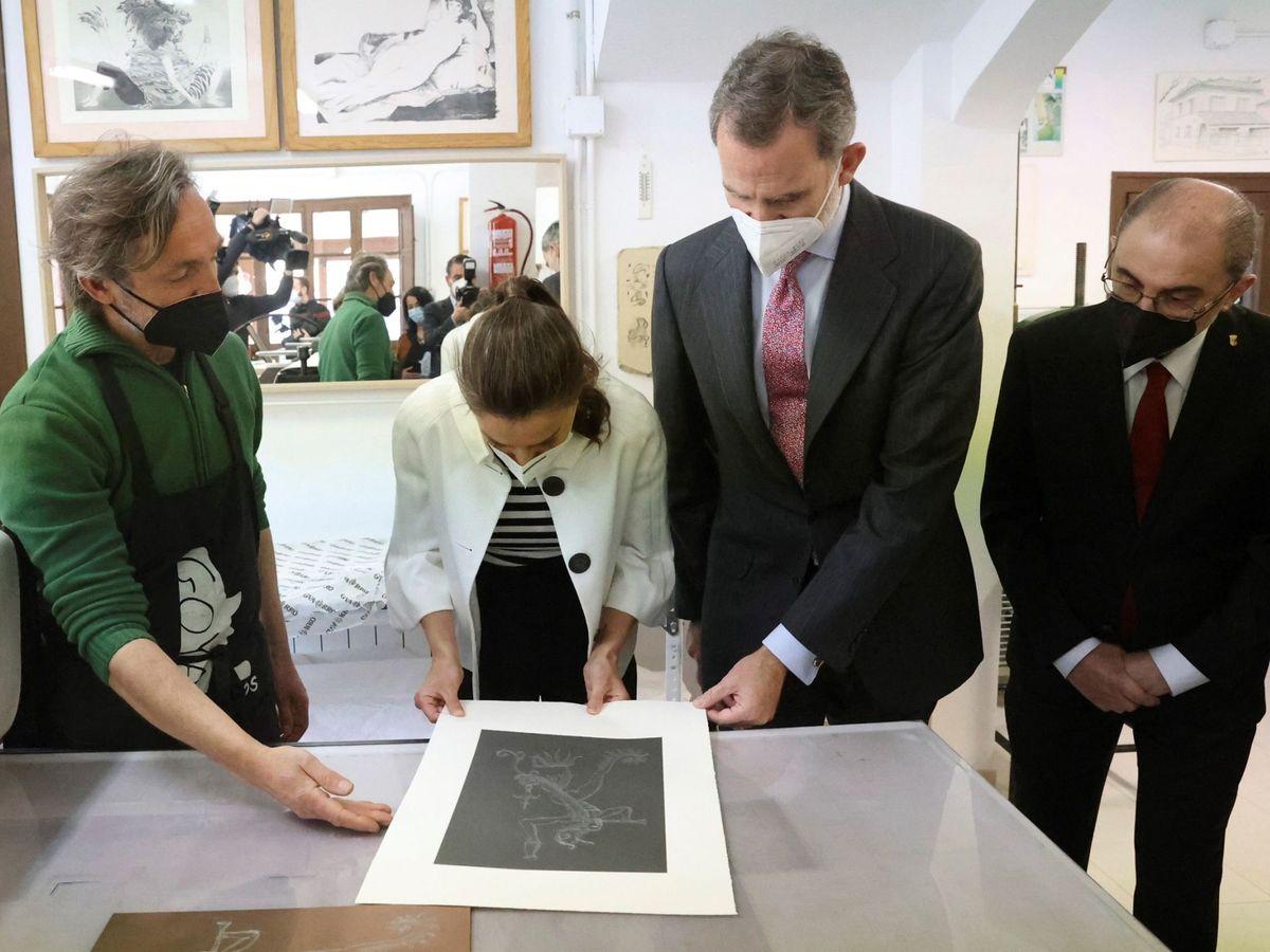 Foto: Felipe VI y la reina Letizia, junto al presidente de Aragón, Javier Lambán (d), durante su visita al Museo del Grabado en la localidad natal de Goya. (EFE)