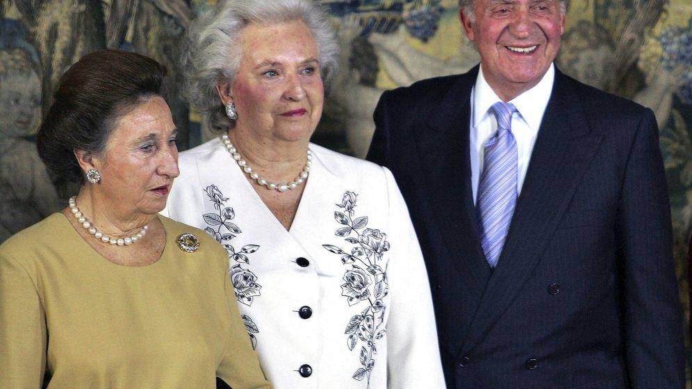 Foto: El rey Juan Carlos y sus dos hermanas. (Getty)