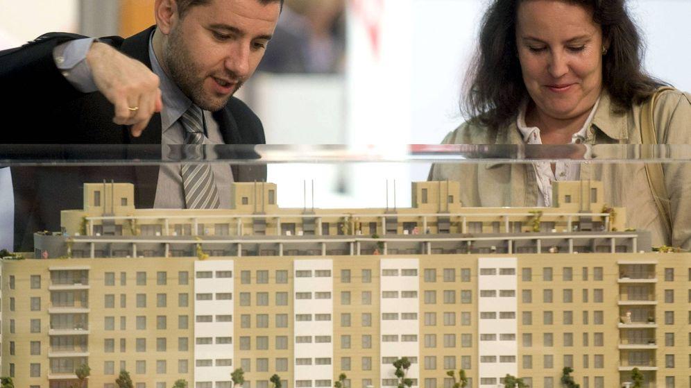 Foto: Visitantes en una feria inmobiliaria en Valencia. (EFE)