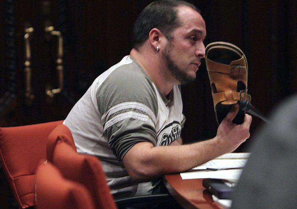 Foto: David Fernández, diputado de CUP, amaga con lanzarle una sandalia a Rodrigo Rato. (EFE)