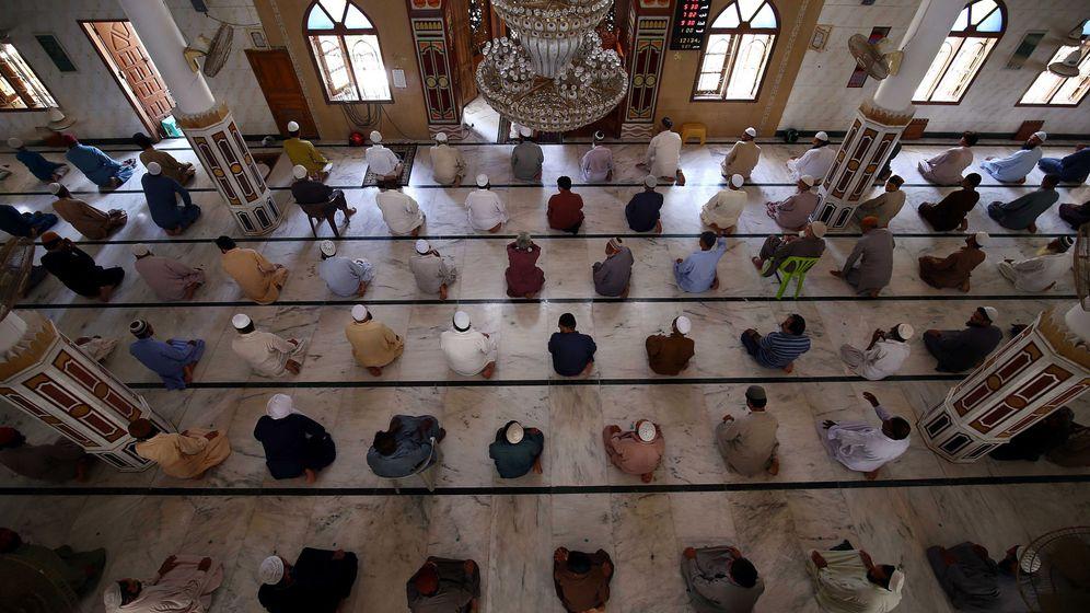 Foto: Musulmanes rezando durante el Ramadán. (EFE)