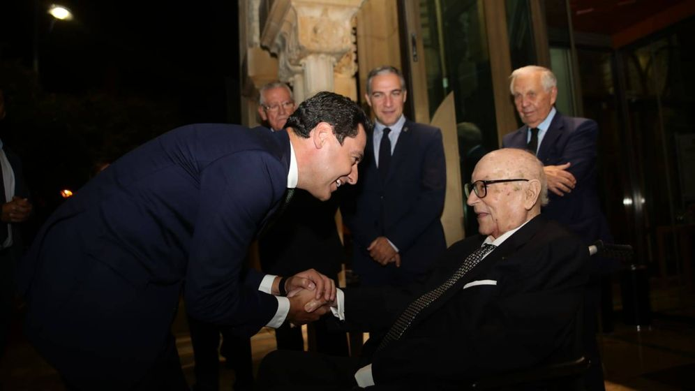 Foto: Imagen del homenaje a Manuel Clavero en Andalucía, con Juan Manuel Moreno, presidente de la Junta de Andalucía saludando a Clavero. (Fundación Rafael Escuredo)