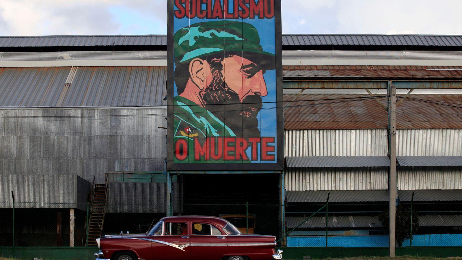 Foto: Cartel con la cara de Fidel Castro en una fábrica en La Habana (Reuters)