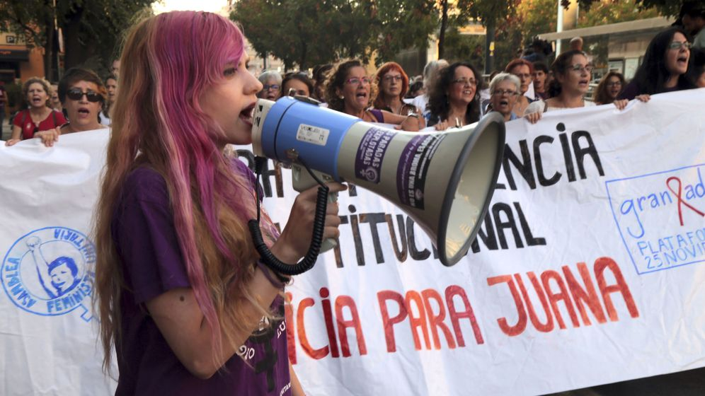 Foto: Numerosos manifestantes convocados por varias plataformas feministas de Granada y de toda España recorren las calles de Granada en apoyo a Juana Rivas. (EFE)