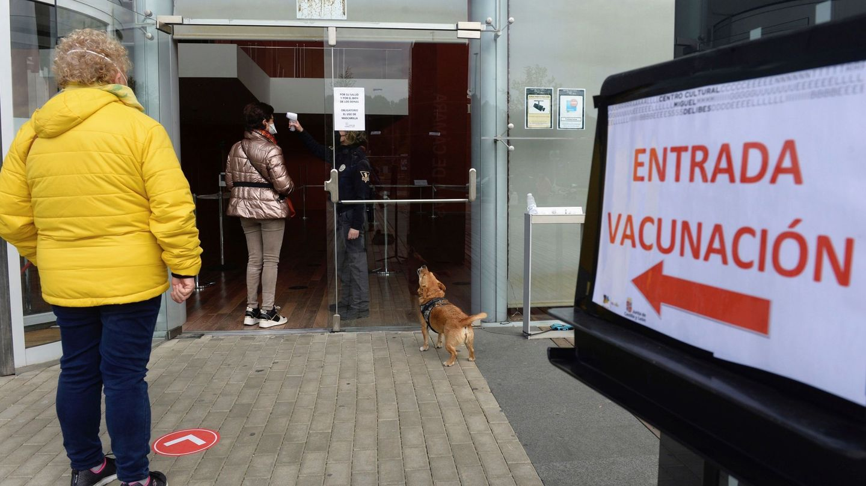 Cola de vacunación en Castilla y León. (EFE)