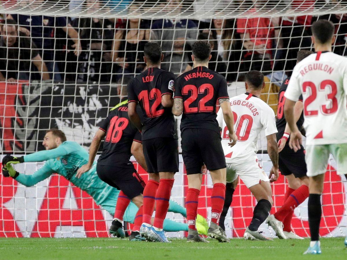 Foto: Oblak no puede atrapar el balón en el remate de Franco Vázquez. (Efe)