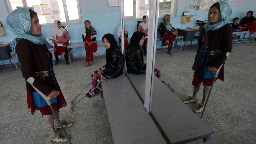 Foto: Un niña afgana discapacitada hace ejercicios de rehabilitación en un dentro del CICR en Kabul. (Reuters)