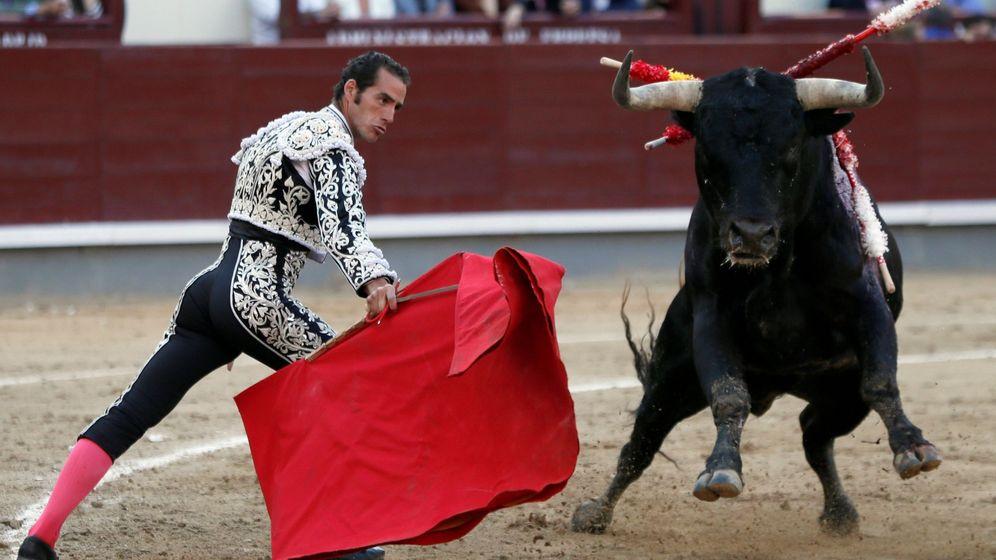 Foto: El diestro Pepe Moral, durante la vigésimo séptima corrida de la Feria de San Isidro. (EFE)
