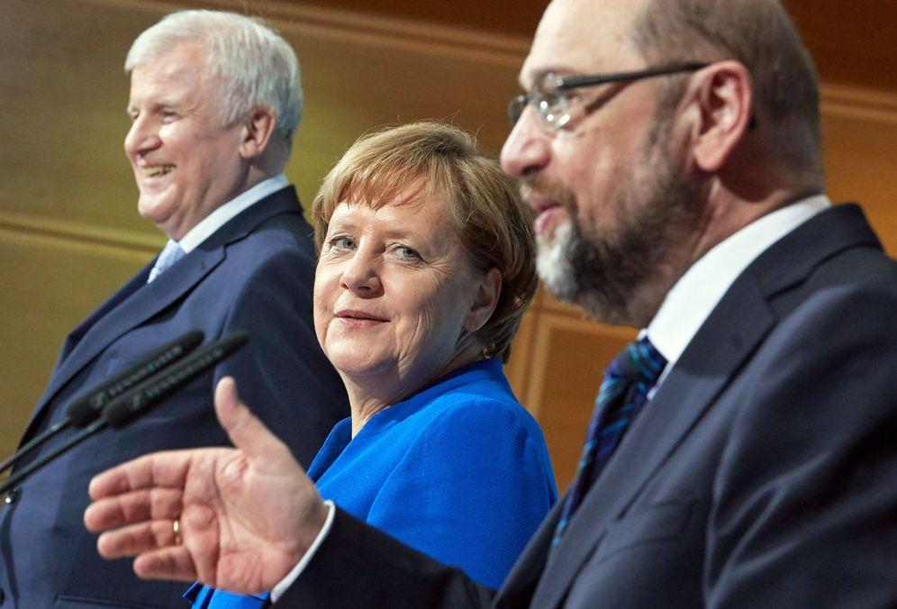 Foto: Angela Merkel (c), su socio conservador bávaro Horst Seehofer (i), y líder socialdemócrata, Martin Schulz (d). (EFE)
