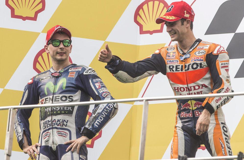 Foto: Dani Pedrosa, junto a Jorge Lorenzo, en el podio del Malaysian Moto GP 2015. (EFE)