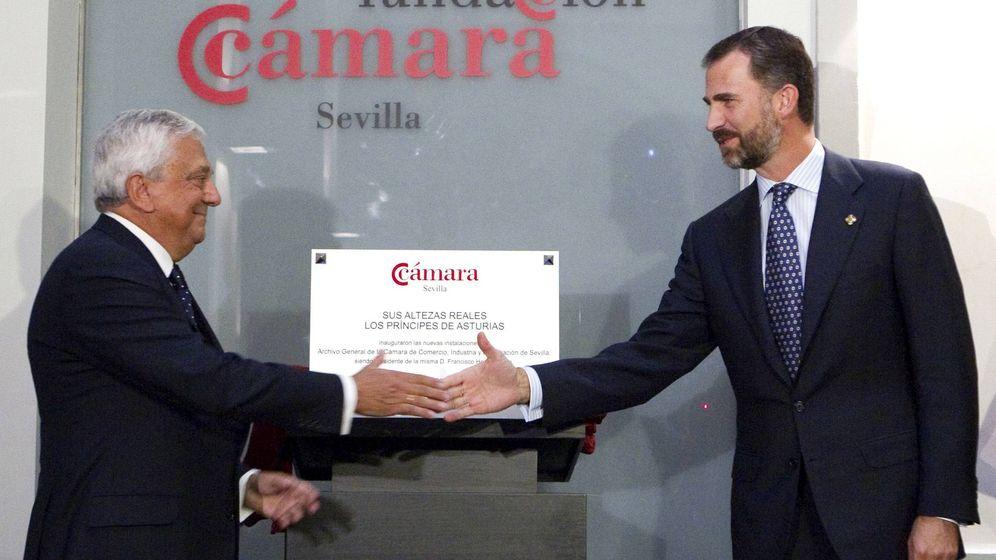 Foto: Francisco Herrero, presidente de la Cámara de Sevilla, saluda al hoy rey Felipe en una imagen de archivo. (EFE)