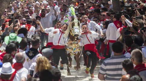 Los caballos del vino galopan por Caravaca de la Cruz