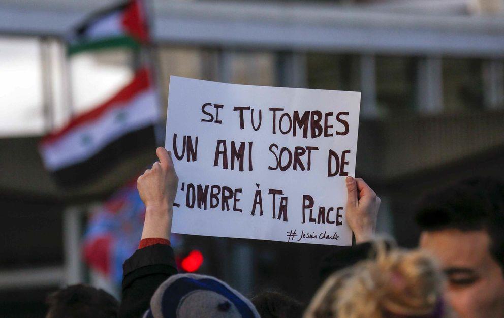 Foto: Una mujer sostiene un cartel que reza: 'Si caes, un amigo llega de las sombras para ocupar tu lugar' durante una manifestación en Lyon. (Reuters)