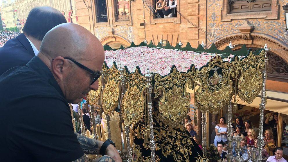 Así vivió Jorge Sampaoli los pasos de la Semana Santa en Sevilla