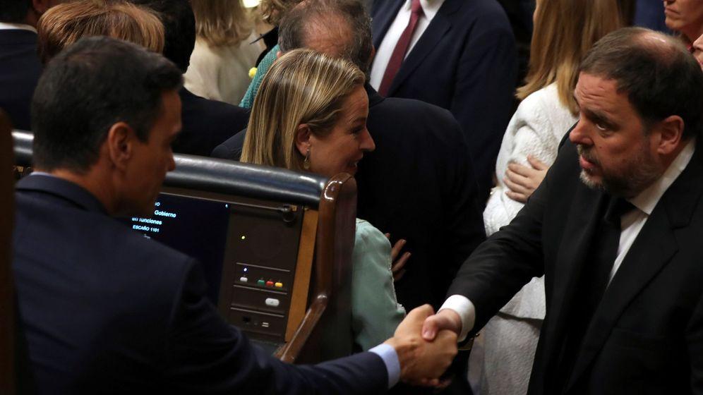 Foto: El presidente del Gobierno en funciones, Pedro Sánchez, saluda al diputado electo en prisión preventiva de ERC Oriol Junqueras. (EFE)