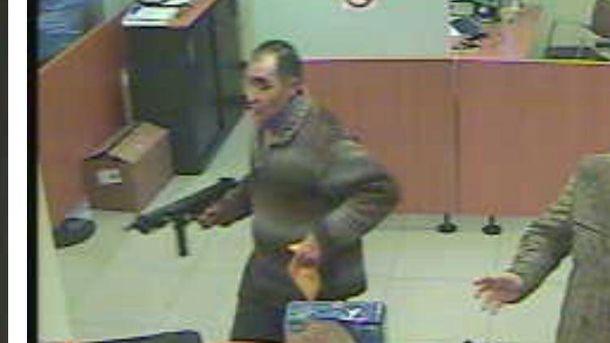 Foto: Antonio Padilla, durante uno de los atracos cometidos en los últimos meses en 14 sucursales bancarias diferentes de Madrid. (Policía Nacional)