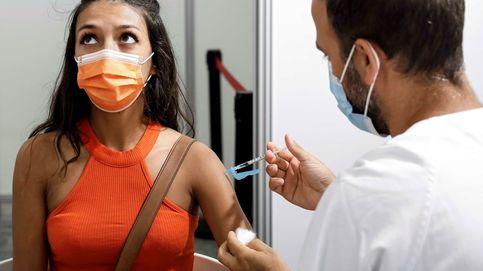 Los jóvenes españoles se vacunan en masa pese a la estigmatización