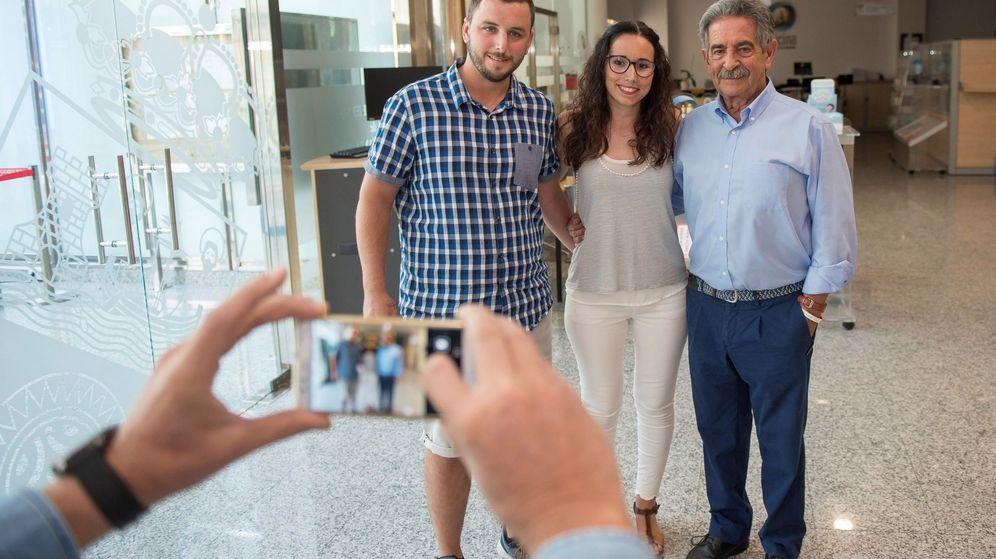 Foto: Miguel Ángel Revilla se fotografía con los ciudadanos que han ido a visitarlo. (EFE)