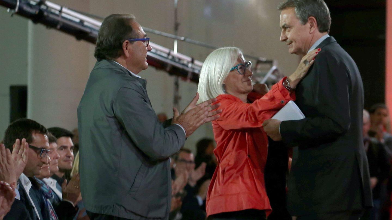 El expresidente José Luis Rodríguez Zapatero, con los padres de Chacón, Baltasar y Esther, en el homenaje a la exministra en Barcelona, el 19 de abril de 2017, a los diez días de su súbito fallecimiento. (EFE)