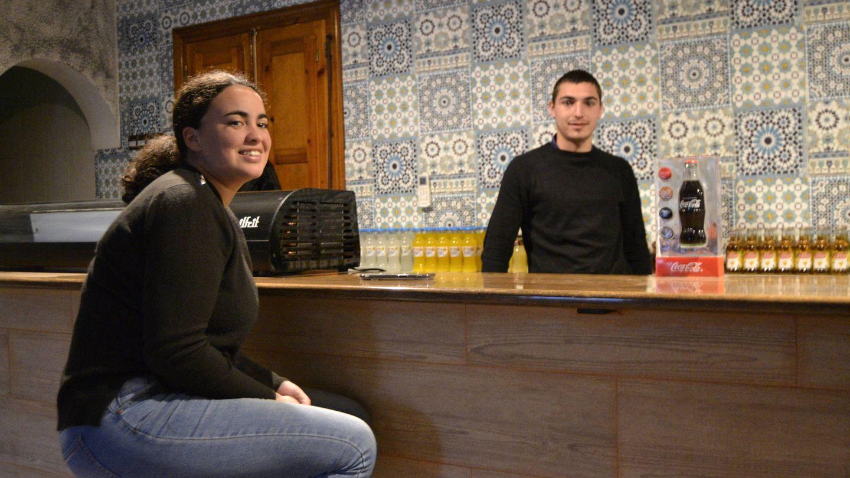 Ivanna y Gonzalo regentan el reabierto bar del pueblo. (M. Z.)
