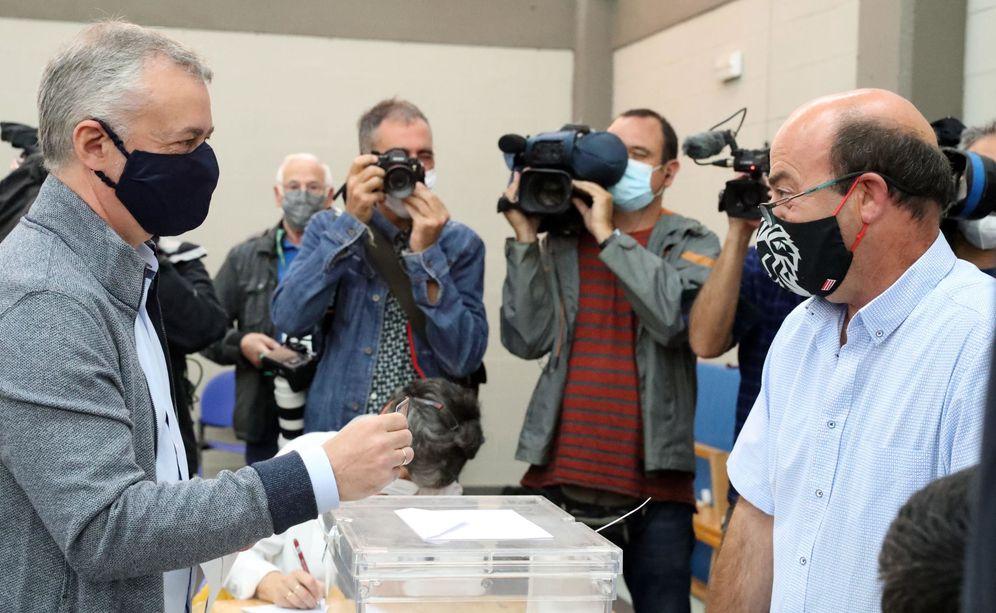 Foto: Urkullu ejerce el derecho al voto este domingo en Durango. (EFE)