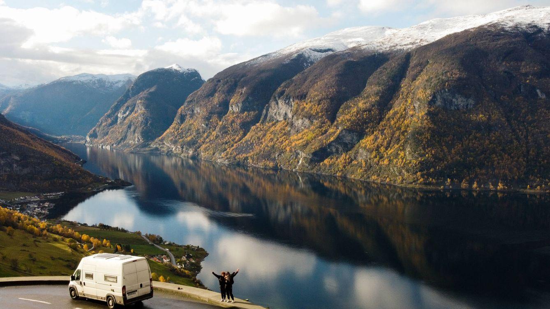 Foto: Déborah García e Iratxe Goikoetxea, con su furgoneta en Noruega. (D. G.)
