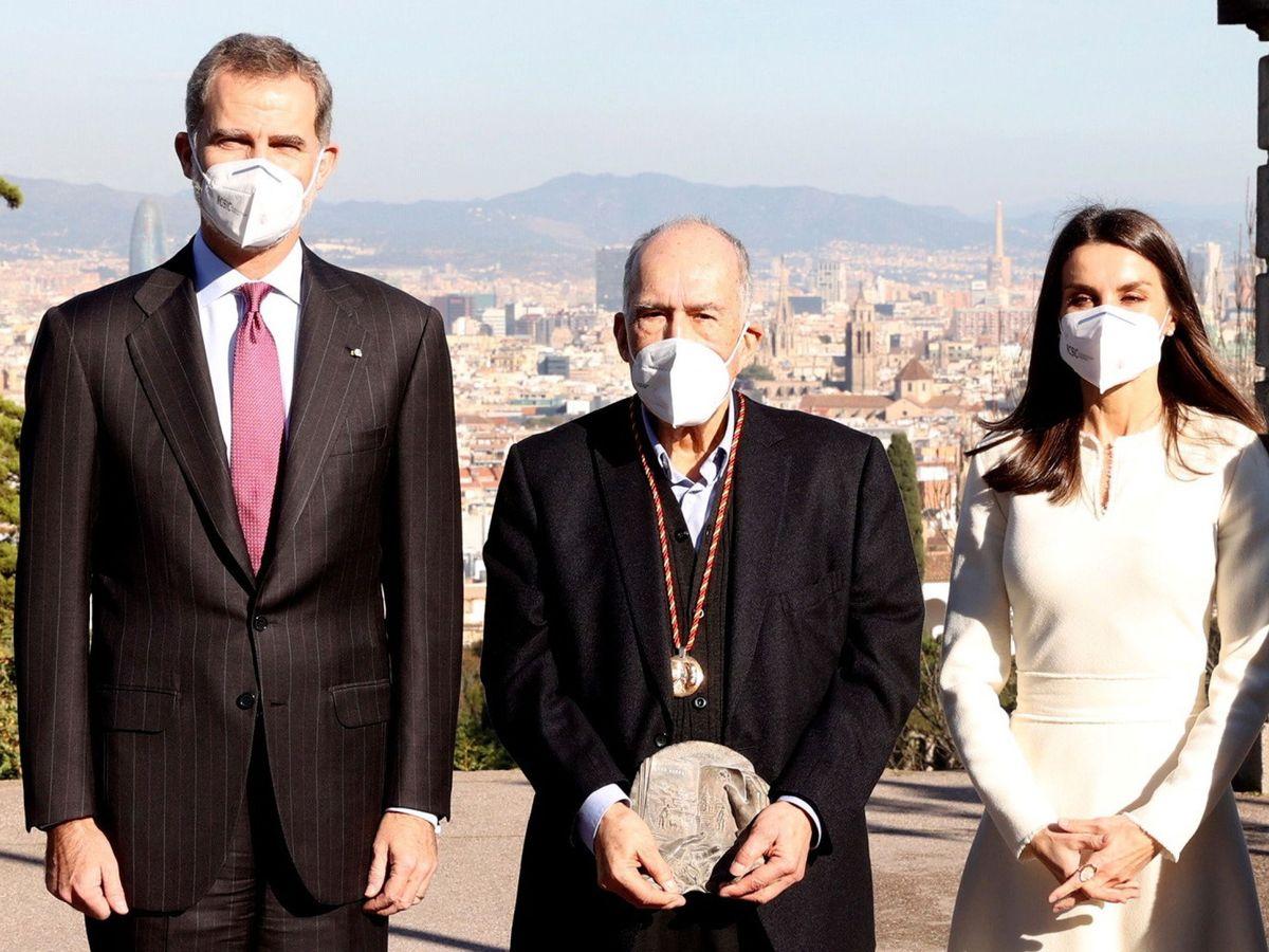 Foto: Los Reyes, en el Palacete de Albéniz junto a Joan Margarit. (EFE)