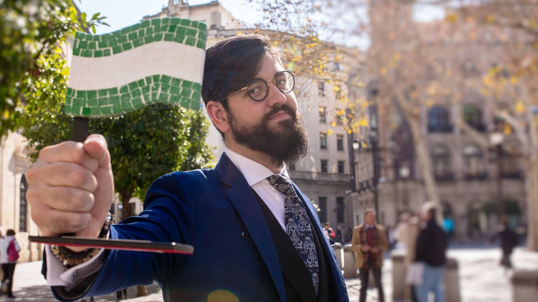 Manu Sánchez ondea una bandera andaluza. (Foto: Julián Álvarez)