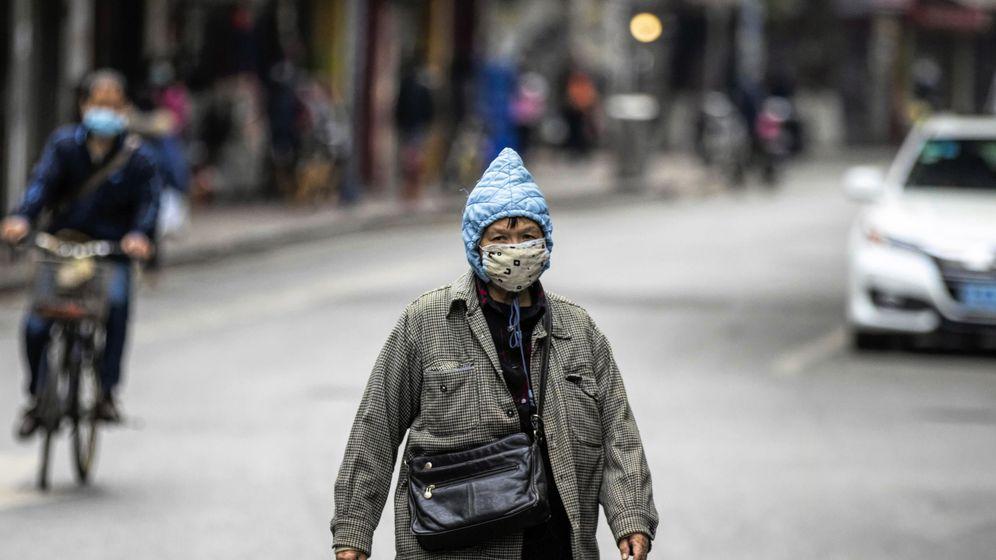 Foto: Un hombre con máscara de protección contra el coronavirus camina por una calle en Guangzhou, China. (EFE)