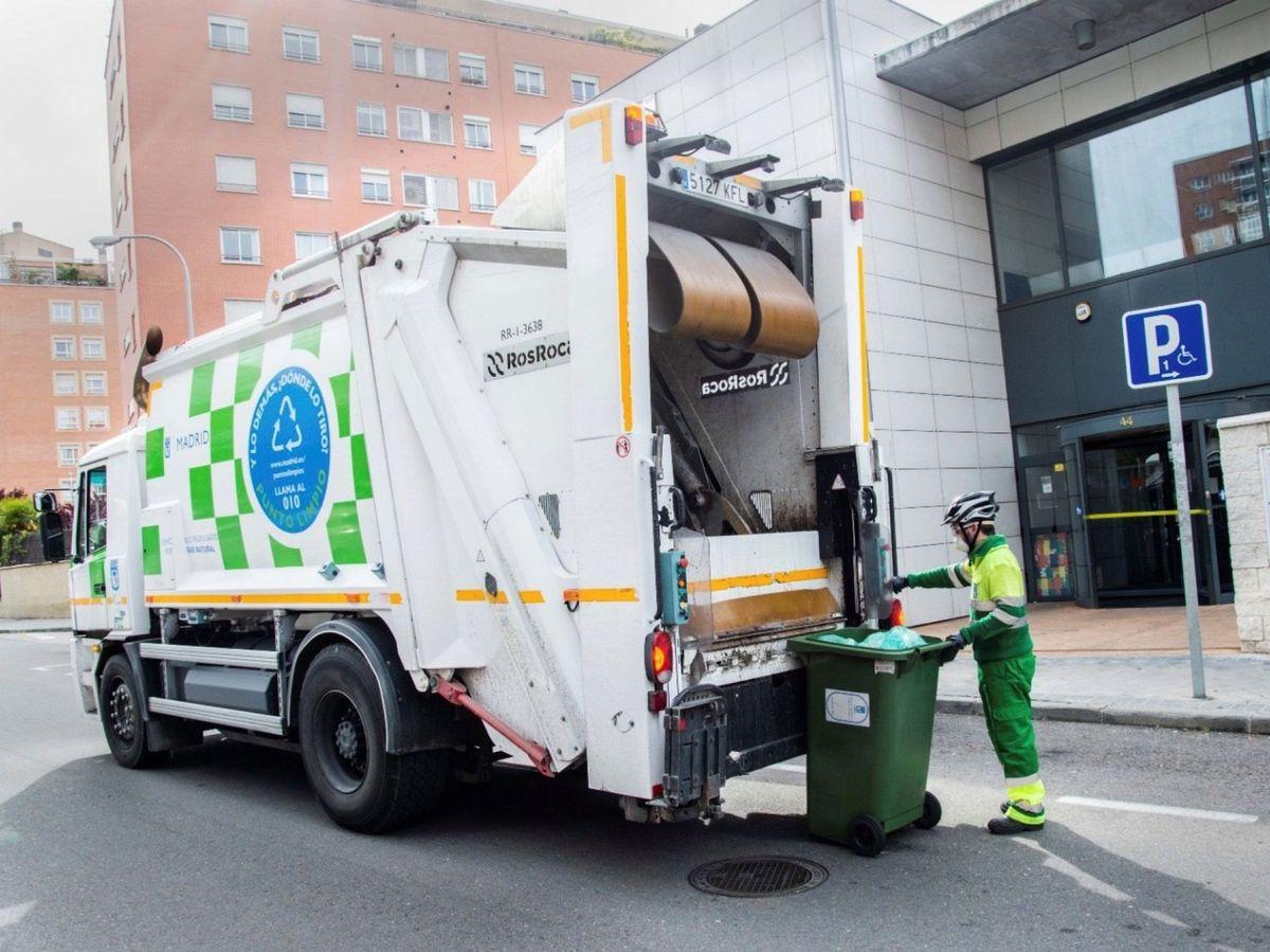 Foto: Los envases reciclables, la buena gestión de los escombros de las obras o el tratamiento correcto de los purines de la ganadería son algunas de las innovaciones de esta ley. EFE