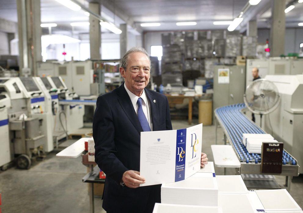 Foto: El director de la RAE, José Manuel Blecua, en la imprenta con el nuevo Diccionario. (EFE)