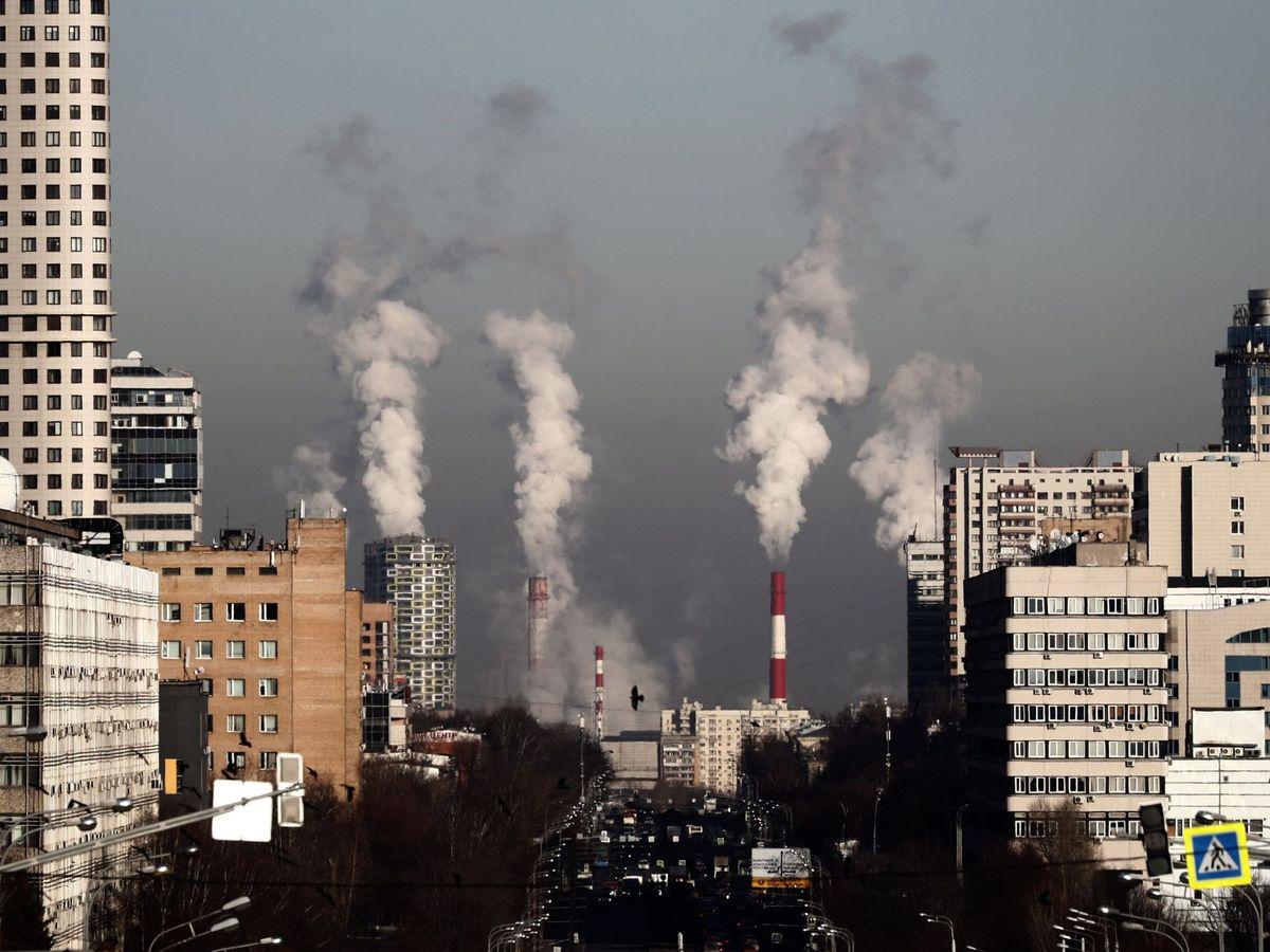 Foto: Chimeneas de una fábrica. (EFE)