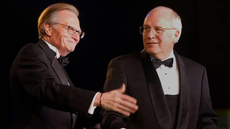 El presentador junto al entonces vicepresidente Dick Cheney en 2002. (Getty)
