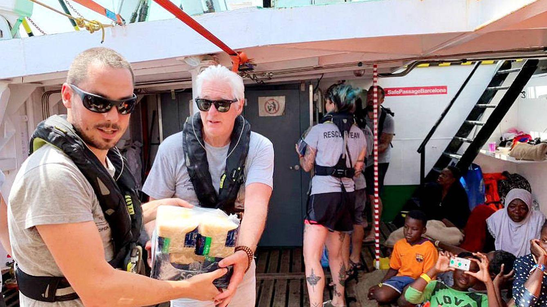 Richard Gere lleva ayuda al Open Arms y Vox le acusa de apoyar a traficantes de personas