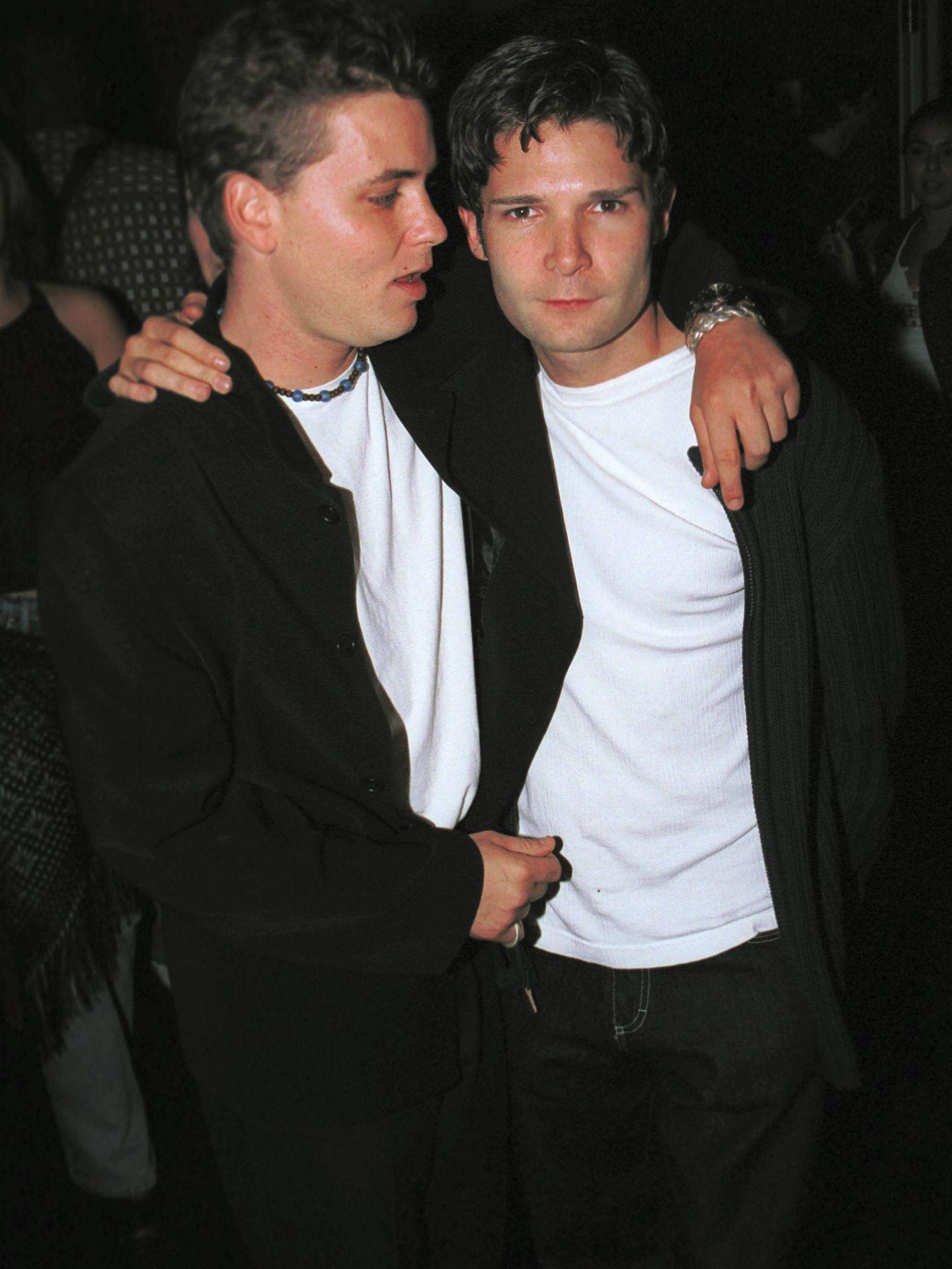 Corey Haim y Corey Feldman, en una imagen de 2001. (Getty)
