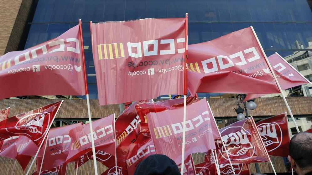 Foto: Delegados sindicales de UGT y CCOO concentrados en Valencia. (EFE)