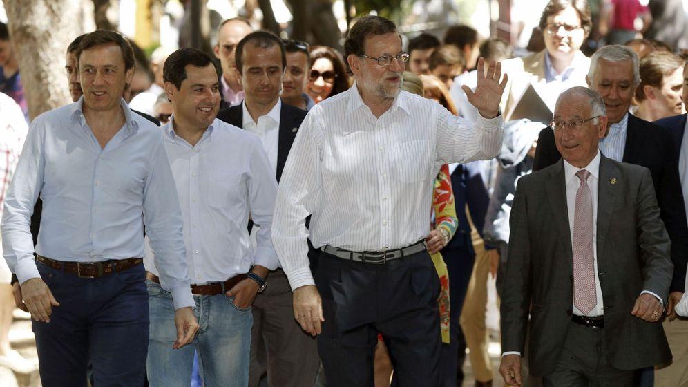 Foto: Gabriel Amat (primero por la derecha y delante de Javier Arenas), junto a Mariano Rajoy, Juanma Moreno y Rafael Hernando, en un acto electoral en 2016. (EFE)