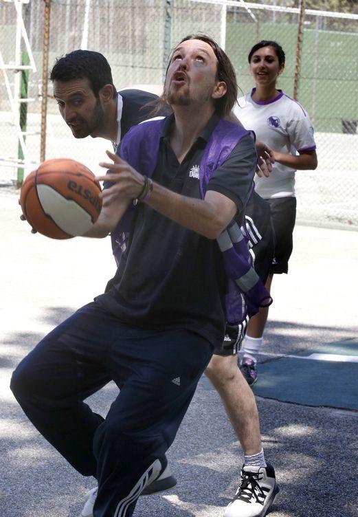 Foto: Con un chaleco morado, el líder de Podemos juega al baloncesto durante la jornada de reflexión. (EFE)