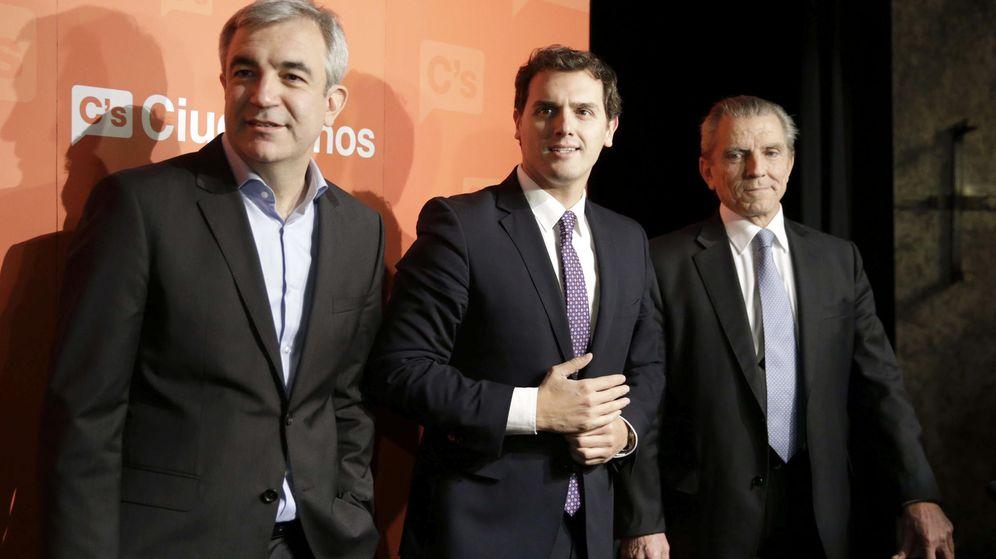 Foto:  El presidente de Ciudadanos, Albert Rivera (c), junto a los economistas Luis Garicano (i) y Manuel Conthe (d). (EFE)