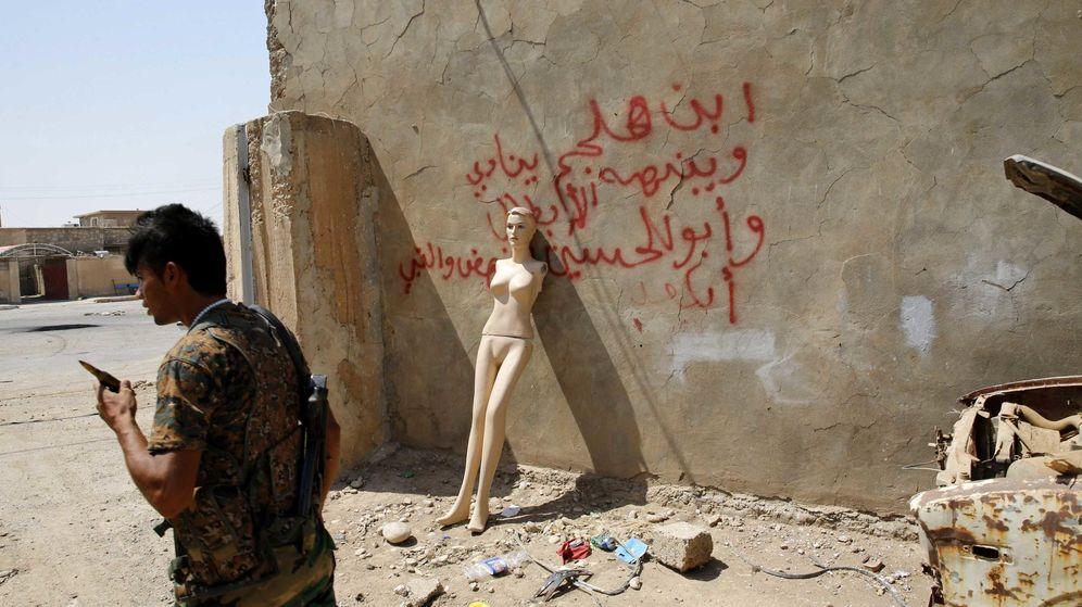 Foto: Un combatiente peshmerga frente a un maniquí, en una base conquistada al Estado Islámico (Reuters)