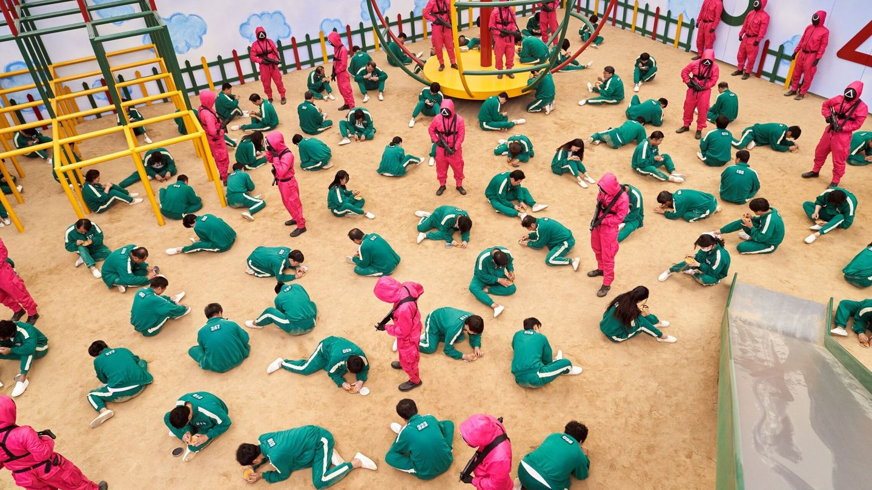 Los participantes en 'El juego del calamar' visten de verde (color habitual de los uniformes de gimnasia) y los guardias, de rojo (color complementario). (Netflix)