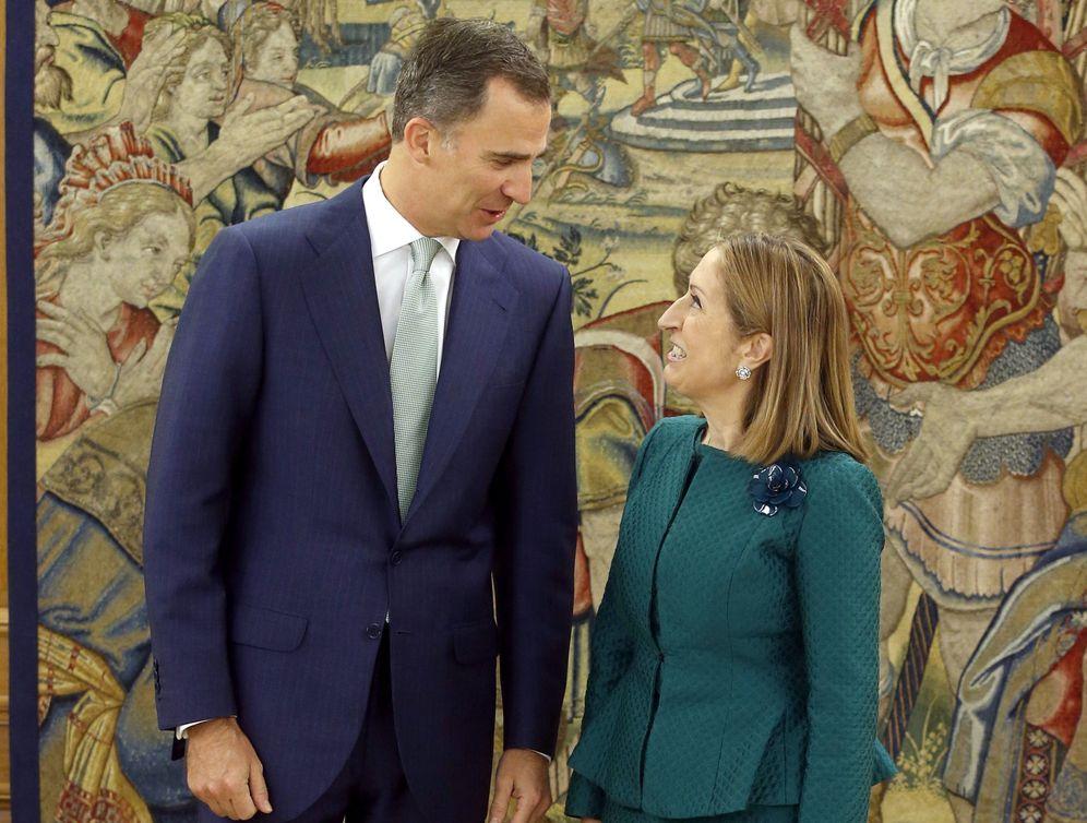 Foto: El rey Felipe VI conversa con la nueva presidenta del Congreso, Ana Pastor, este 20 de julio. (EFE)
