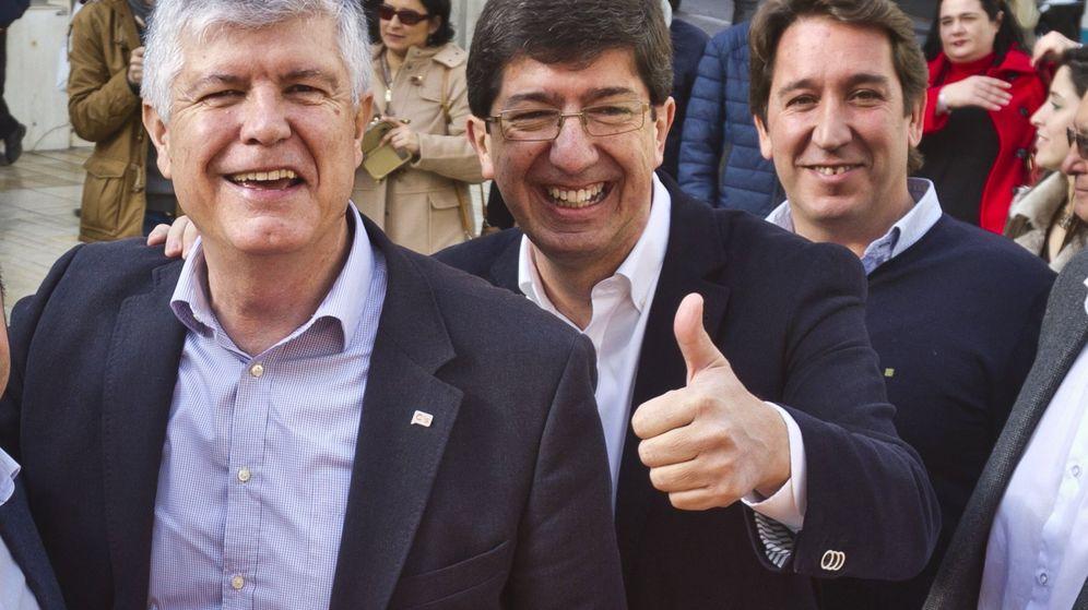 Foto: El presidente de Ciudadanos en el parlamento andaluz, Juan Marín, acompañado del secretario general, Matías Alonso, y el portavoz municipal de Huelva, Ruperto Gallardo. (EFE)