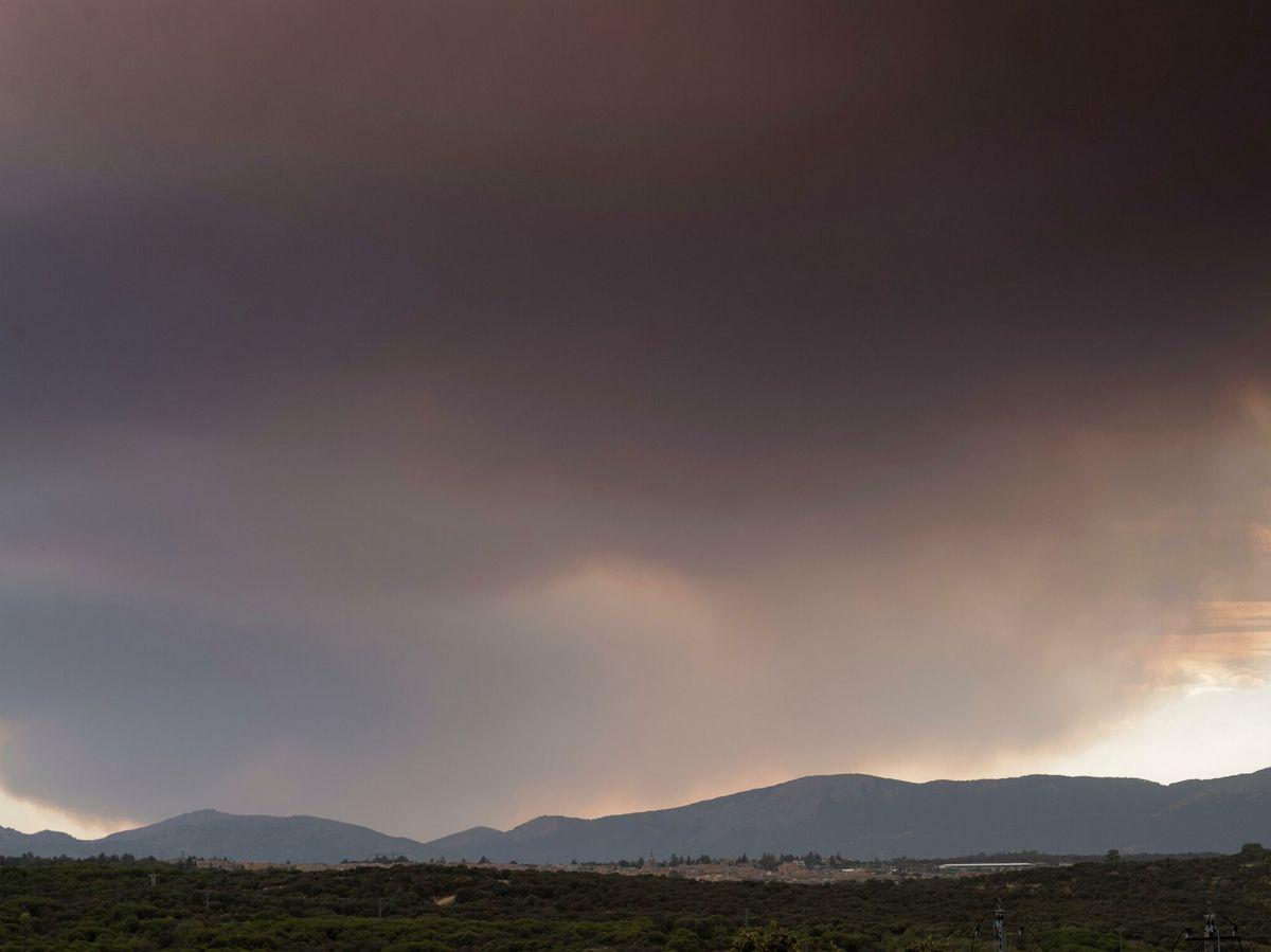 Foto: Vista desde Madrid del incendio de Batres. (EFE)