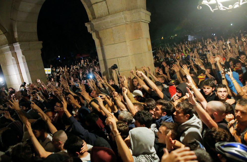 Foto: Los manifestantes intentan entrar en el Parlament al final de la manifestación con motivo del 1-O, ayer lunes en Barcelona. (Reuters)