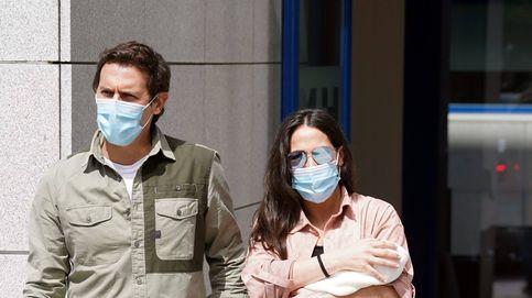 Malú y Albert Rivera presentan a su hija Lucía a la salida del hospital
