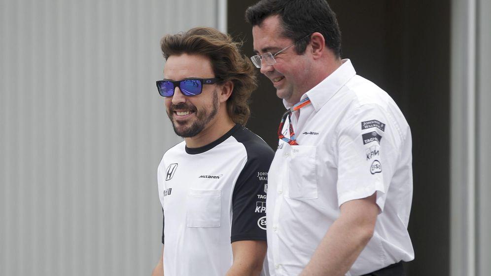 Foto: Fernando Alonso y Eric Boullier en una carrera. (EFE)