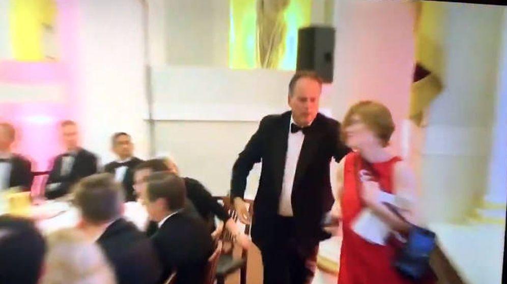 Foto: Mark Field, en el momento de agarrar y empujar a la activista que irrumpió en la cena (Foto: Twitter)