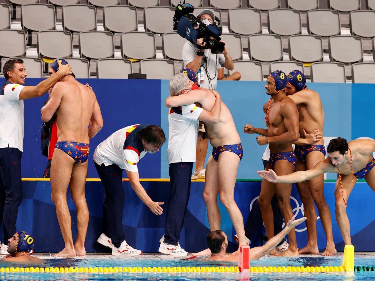 Foto: Jugadores y cuerpo técnico de España celebran la victoria contra EEUU. (EFE)