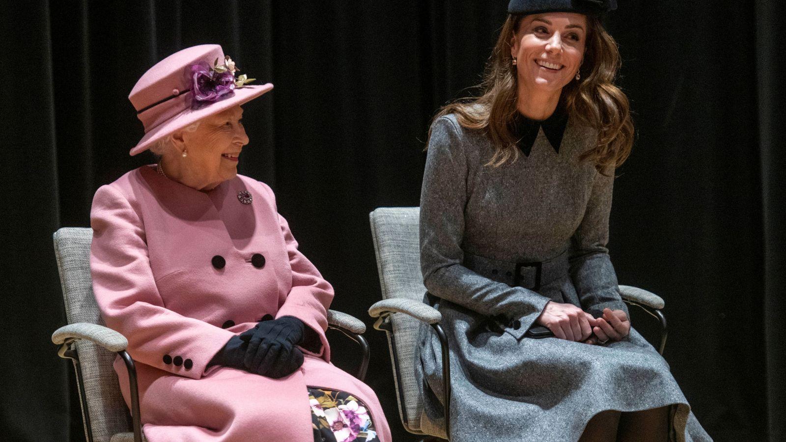 Foto: La reina Isabel junto a la duquesa de Cambridge. (Reuters)